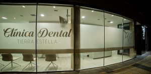clinica-dental-tierra-estella-fachada-nocturna-02
